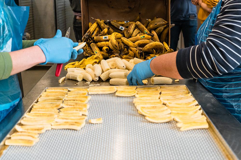 die überschüssigen Bananen werden zu Bananenstängeli geschnitten